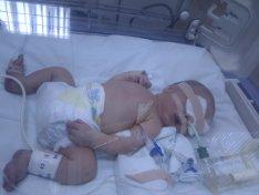 Последва ужасяващ месец. Първото излизане на бебето от родилния дом не бе в костюмче за изписване, заобиколен от щастливите близки и пред обективите, ами в линейка насред дъждовната нощ до специализирана болница, упоен с диазепам.